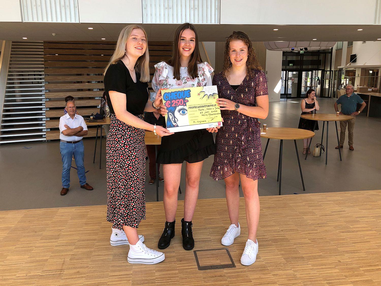 Paulien Veldhuis, Suzan Elshof en Julia Pronk kregen hun prijs overhandigd