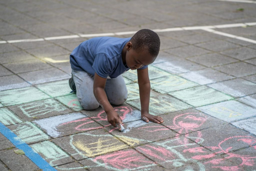 stoepkrijtend jongetje van Openbare Daltonbasisschool De Europa, in Enschede